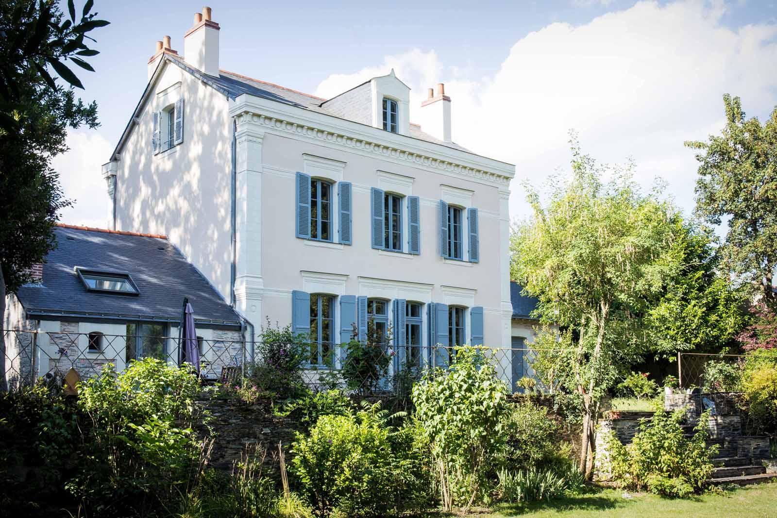 Fenêtres, portes, portes fenêtres et volets d'une maison angevine - Maine et Loire